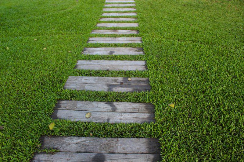 Aranżacja i projekt ozdobnych ścieżek ogrodowych