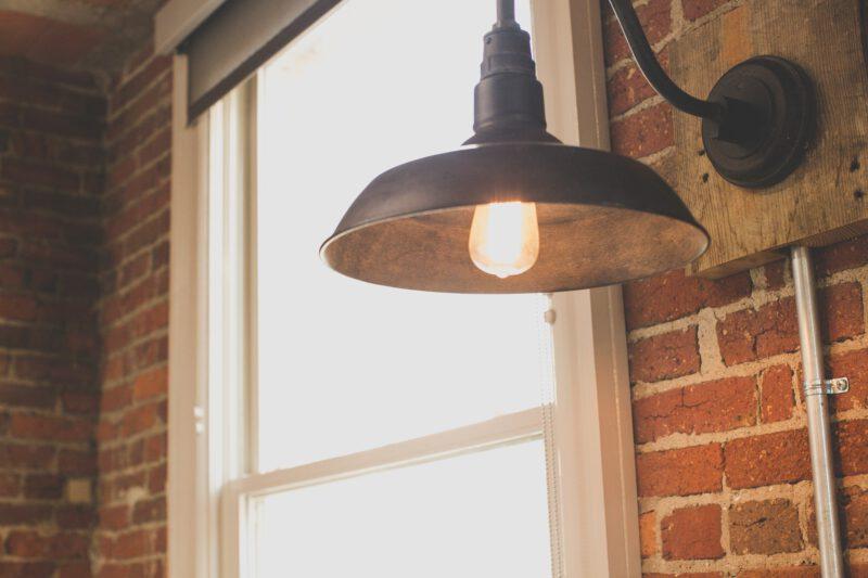 Projektowanie wystroju – lampy w industrialnych wnętrzach