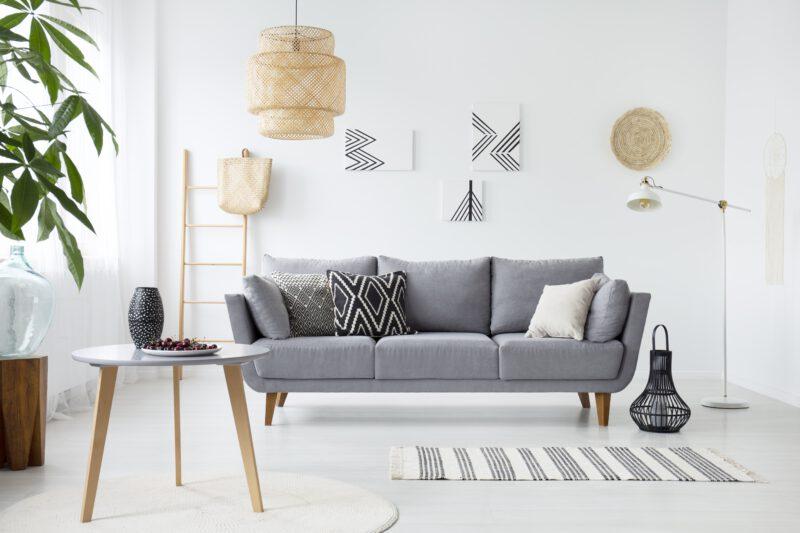 Sofa rozkładana jako centrum wypoczynkowe salonu